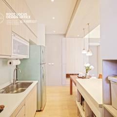 Cocinas de estilo escandinavo por 築本國際設計有限公司