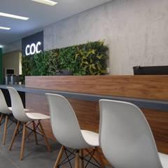 COC Floripa | Unidade Continente Escolas modernas por SZ ARQUITETURA Moderno Concreto