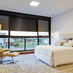 PROJETO RESIDENCIAL  CONDOMÍNIO GIVERNY SP : Quartos  por Dib Studio Arquitetura e Interiores,Moderno