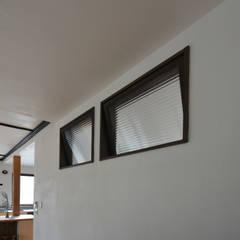 house-ST-C ヴィンテージハウス〈コンバージョン〉: 創右衛門一級建築士事務所が手掛けた木製サッシです。,モダン