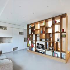 Libreria Moderna in Legno: Soggiorno in stile  di JFD - Juri Favilli Design