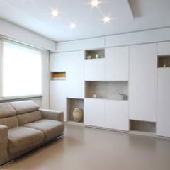 Mobile su Misura Bianco: Soggiorno in stile  di JFD - Juri Favilli Design