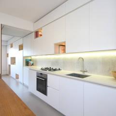 Cucina Stile Scandinavo: Cucina attrezzata in stile  di JFD - Juri Favilli Design