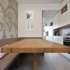 Tavolo Moderno in Parquet: Cucina attrezzata in stile  di JFD - Juri Favilli Design