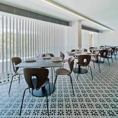 Restaurante El Cielo: Locales gastronómicos de estilo  de CANTÓ ARQUITECTOS