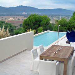 Villengärten auf Mallorca: mediterraner Pool von guba + sgard Landschaftsarchitekten
