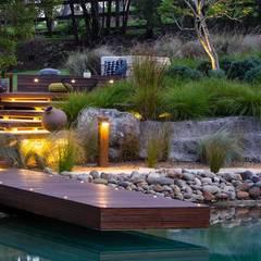 Bio-Schwimmteich mit Holzterrasse:  Pool von Paul Marie Creation