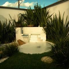 Residencia Carvalho: Jardins  por STUDIO AGUIAR E  DINIS