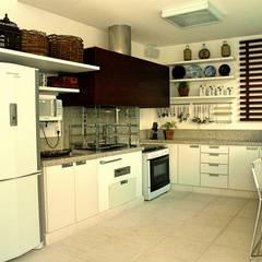 Cocinas de estilo  por STUDIO AGUIAR E  DINIS,