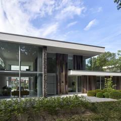 N-house, passende verschijning aan de bosrand van Dorst:  Huizen door Lab32 architecten, Modern