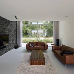 N-House in Dorst bij Breda.:  Woonkamer door Lab32 architecten