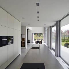 N-House in Dorst bij Breda.:  Keukenblokken door Lab32 architecten