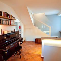 La casa di Campagna: Ingresso & Corridoio in stile  di Annalisa Carli