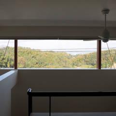 Ventanas de madera de estilo  por ニュートラル建築設計事務所, Minimalista
