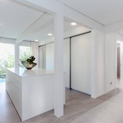 Haustraum mit Wohlfühlfaktor:  Ankleidezimmer von DAVINCI HAUS GmbH & Co. KG,Modern