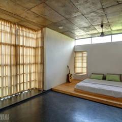Tropical home 1: tropical Bedroom by Studio Nirvana