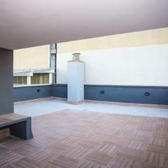 Reforma de terraza en calle Vilamarí de Barcelona: Terrazas de estilo  de Grupo Inventia
