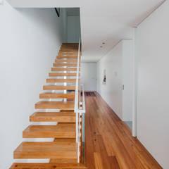 Moradia Unifamiliar Guimarães : Escadas  por NVE engenharias, S.A.,