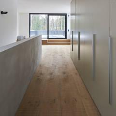 Oberfläche angeräuchert, quer gehobelt, gebürstet und geseift:  Flur & Diele von Parkett Leuthe GmbH