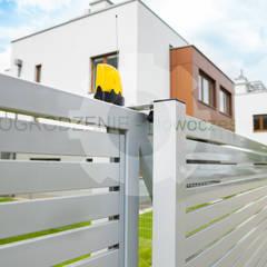 Brama przesuwna SUPREME: styl , w kategorii Podwórko zaprojektowany przez OGRODZENIE-Nowoczesne