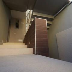 4 Apartment : Scale in stile  di Lombardi immobiliare