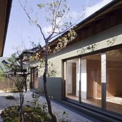長岡京の家Ⅱ: 吉川弥志設計工房が手掛けた枯山水です。