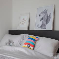 Bartley Ridge Residences: scandinavian Bedroom by Eightytwo Pte Ltd