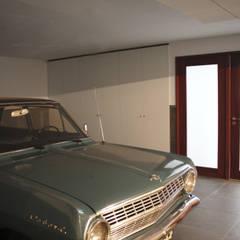 Casa do Largo. : Garagens e arrecadações  por GRAU.ZERO Arquitectura
