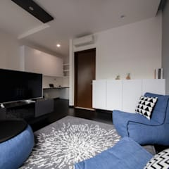 THE PROMENADE @ PELIKAT:  Living room by Eightytwo Pte Ltd,