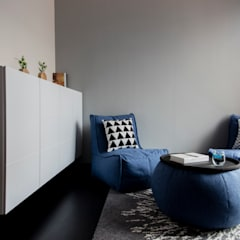 THE PROMENADE @ PELIKAT:  Living room by Eightytwo Pte Ltd