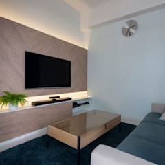 THE SKYWOODS:  Living room by Eightytwo Pte Ltd