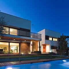 Exterior Casa Particular: Casas unifamilares de estilo  de Luxiform Iluminación