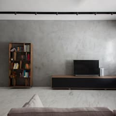 JALAN TANJONG:  Living room by Eightytwo Pte Ltd,