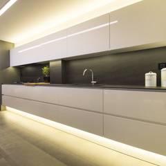 Interior Casa Particular: Cocinas integrales de estilo  de Luxiform Iluminación