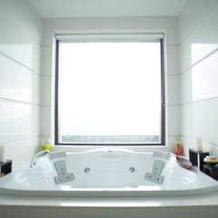 Master bathroom:  Bathroom by Mu design