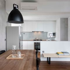 FORESQUE RESIDENCES: scandinavian Dining room by Eightytwo Pte Ltd