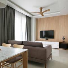 SKY HABITAT:  Living room by Eightytwo Pte Ltd