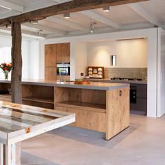 Stoere woonkeuken in stal:  Keuken door ODM architecten - erfgoed & architectuur