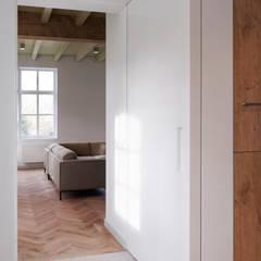 Doorkijk naar woonkamer: landelijke Woonkamer door ODM architecten - erfgoed & architectuur