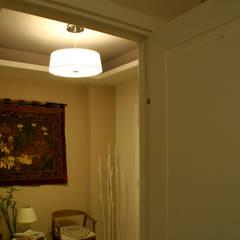 GRANDE RESTYLING DI UNO STUDIO LEGALE: Ingresso & Corridoio in stile  di VITAE DESIGN STUDIO