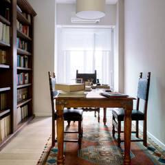 اتاق کار و درس توسطVITAE STUDIO - architettura, مدیترانه ای