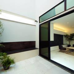 囲まれた庭に自然を感じるシンプルモダンの家: TERAJIMA ARCHITECTSが手掛けた庭です。