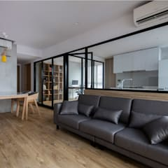 TWIN FOUNTAINS:  Living room by Eightytwo Pte Ltd,