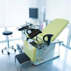 La stanza delle visite ginecologiche: Studio in stile  di VITAE DESIGN STUDIO