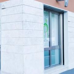 L'edificio con le vetrate e le serigrafie: Ingresso & Corridoio in stile  di VITAE DESIGN studio di architettura