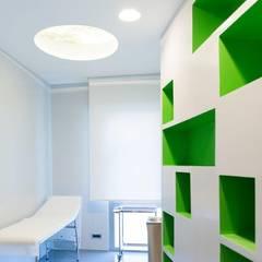 Una delle due stanze di visita più piccole (con parete diagonale scavata): Studio in stile  di VITAE DESIGN STUDIO