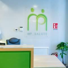 Il bancone della reception: Ingresso & Corridoio in stile  di VITAE DESIGN studio di architettura