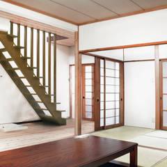 Moriguchi House: Salas de estar  por AMALGAMA,Asiático Madeira Acabamento em madeira
