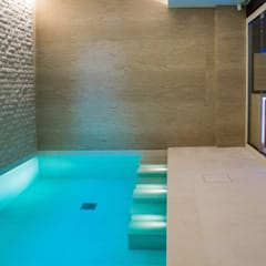 Luxury Family Pool:  Swimming pond by London Swimming Pool Company