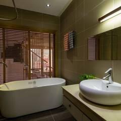 Mẫu Thiết Kế Nhà Ống 4 Tầng Đẹp Mặt Tiền 3,5x18m Ở Quận 7:  Phòng tắm by Công ty TNHH Xây Dựng TM – DV Song Phát